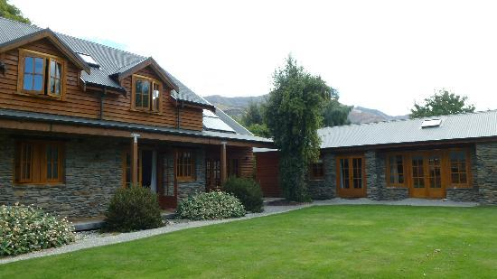 Wanaka Homestead Lodge and Cottages: Rear Courtyard of Lodge