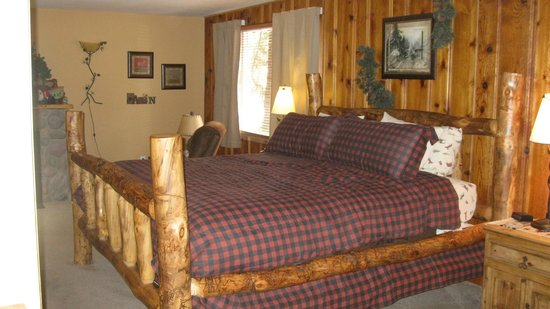 Fall River Cabins: Bed