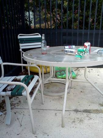 Red Roof Inns & Suites Savannah Airport Pooler: Dirty tables and chairs