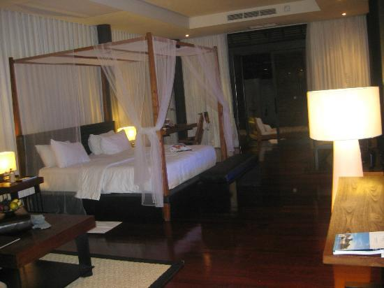 SILQ Private Residences Kerobokan Bali: comfy bed and lovely linen
