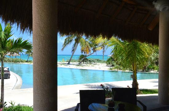 Secrets Maroma Beach Riviera Cancun: Infinity pool (view from the Barracuda bar)