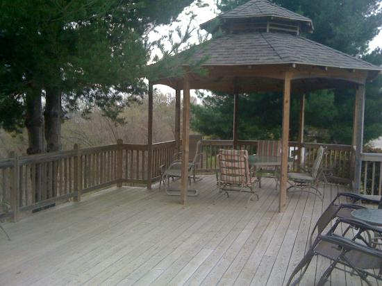 Bradford Inn: Gazebo and landing to relax