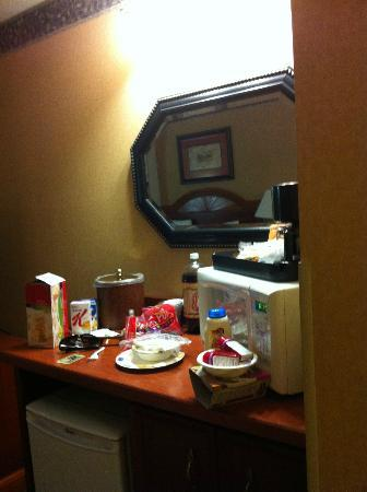 Country Inn & Suites Salt Lake City/South Towne: microwave and fridge area , lots of room for snacks