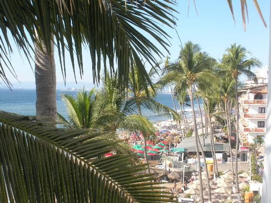 Emperador Vallarta Beachfront Hotel & Suites: The view from the balcony