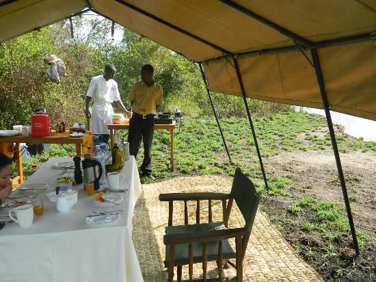 Ishasha Wilderness Camp: The staff prepares breakfast in the bush