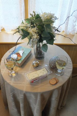 Ivy Lodge: Wine, cheese & crackers from down the street