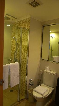 Citin Pratunam Hotel: The shower and toilet Room #1501 (#1502 has an awkward configuration for their toilet)