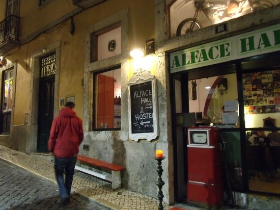 Alface Hostel Lisboa: Coffee shop and hostel