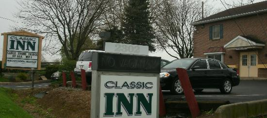 Classic Inn: Sign on road