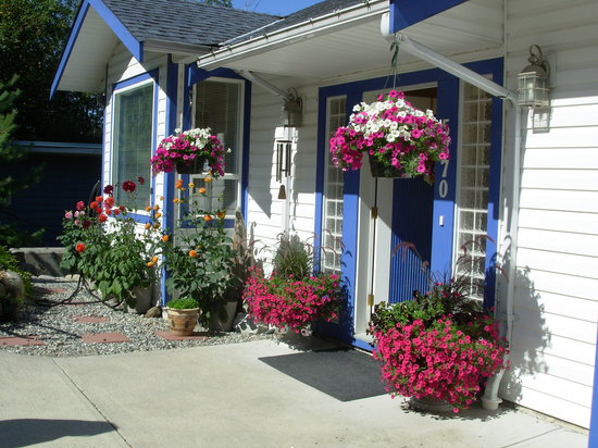 ‪‪Sechelt Inlet B&B‬: A floral welcome at the front door‬