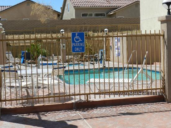 BEST WESTERN Joshua Tree Hotel & Suites: Pool area is too small