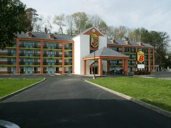 Super 8 Pigeon Forge/Emert Street: View of Motel From Front