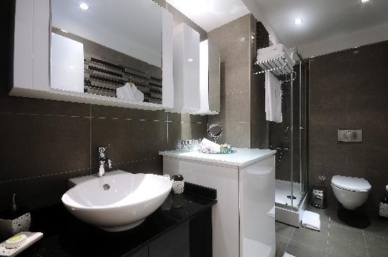 Aura Suites: BATHROOM
