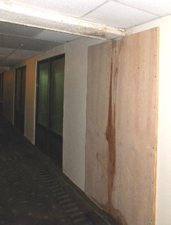 Ramada Hays Convention Center Hotel: Ramada hallway condition in the rear wing