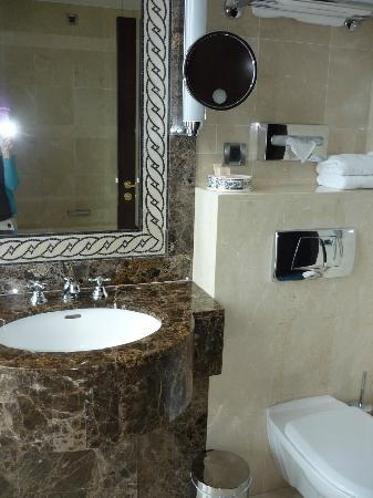 Salle de bain picture of royal hotel oran mgallery for Salle de bain royan