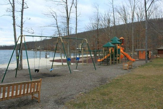 Eagle Rock Resort: children's playground by the lake