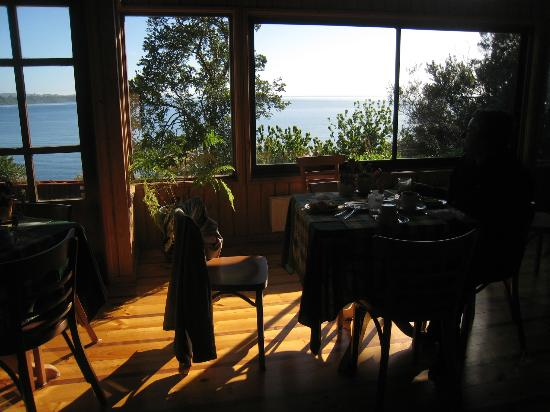Hotel Elun: Dining room with view of Lake Llanquihue