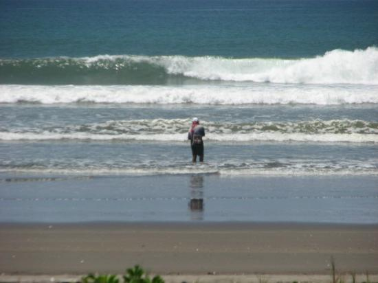 Delfin Beachfront Resort: Local fishing - Check out those waves!