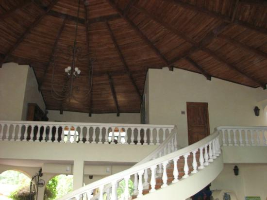 Delfin Beachfront Resort: Main room and stairs