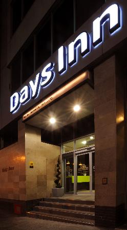 Days Inn City Centre Liverpool: The front entrance in the evening