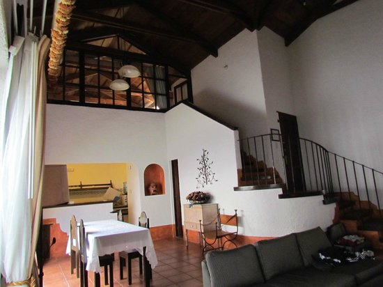 Hotel Palacio de Dona Beatriz: View up to upstairs bedroom