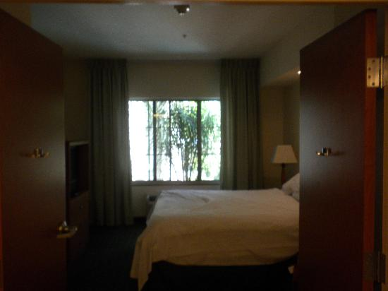 Fairfield Inn & Suites Temecula: View of bedroom from bathroom