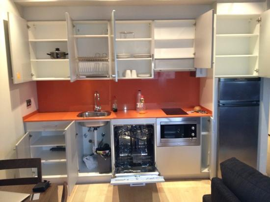 Apartamentos Dream Park : clean and modern kitchen, if planning to stay more than 1 night on a cooking, need to bring pots