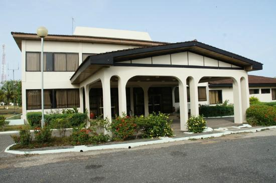 Busua Beach Resort: Front of the hotel