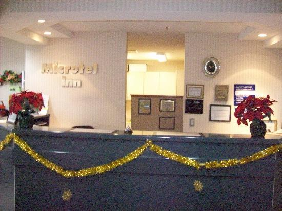 Microtel Inn by Wyndham Janesville: Front desk