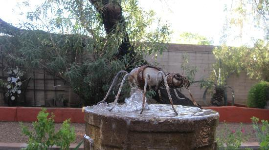 Sam Hughes Inn: Great ant on top of fountain
