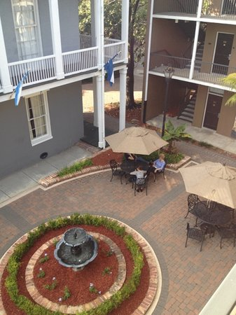 Quality Inn &amp; Suites Maison St. Charles: courtyard
