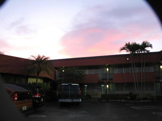 Quality Inn South at the Falls: Sunrise over the hotel