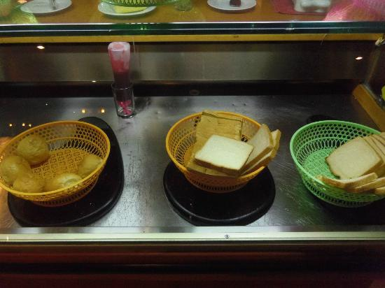 Batavia Hotel: baskets of bread with a cockcroach hiding somewhere