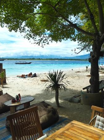 Gili Hotel: Across the beach