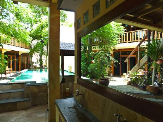 Gili Hotel: To the pool