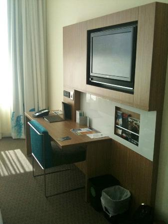Novotel Hamilton Tainui: tv unit/desk