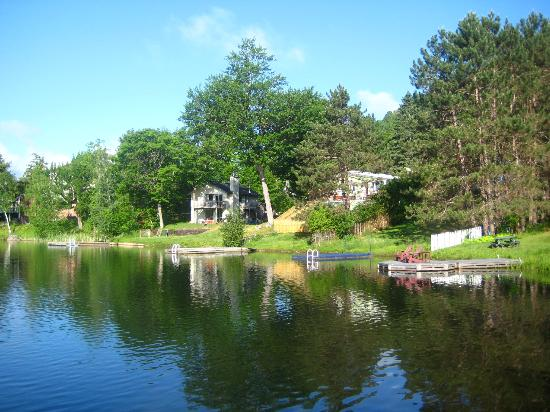 HI Mont-Tremblant: The lake in the hostel's backgarden