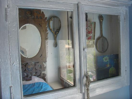 Apopsis Zoy's Guesthouse: Another case with antique mirrors