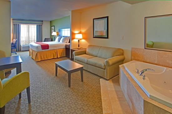 Holiday Inn Express Hotel & Suites: Jacuzzi Suite