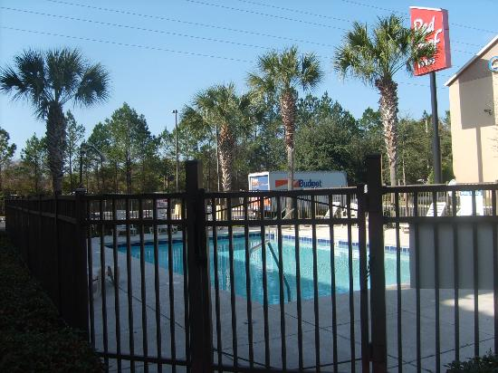 Red Roof Inn Gainesville: Fenced in for