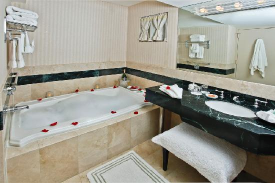 Inn at Great Neck: Jacuzzi King Room