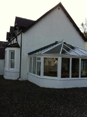 Craigbank Guest House: The conservatory where breakfast is served with the colourful teapots