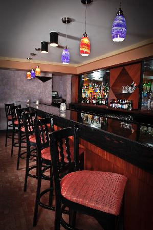 Inn at Great Neck: Giraffe Room Bar