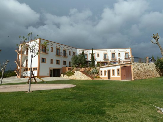 Quinta dos Poetas: Hotel from one of the many seatsa available