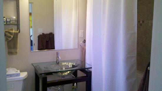 Shoreline Cottages: spotless bathroom with a jacuzzi!
