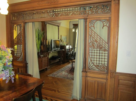 Park Slope Bed & Breakfast: The woodwork leading into the living room