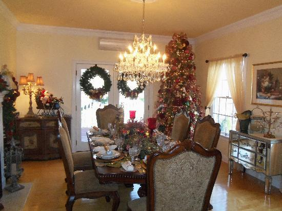 Annabelle Bed and Breakfast: Holiday Dining Room