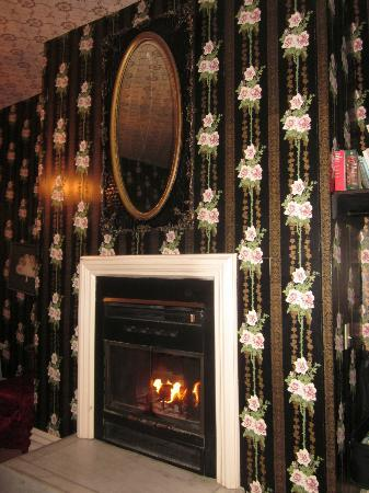 Classic Rosewood Inn: Cozy wood burning fireplace