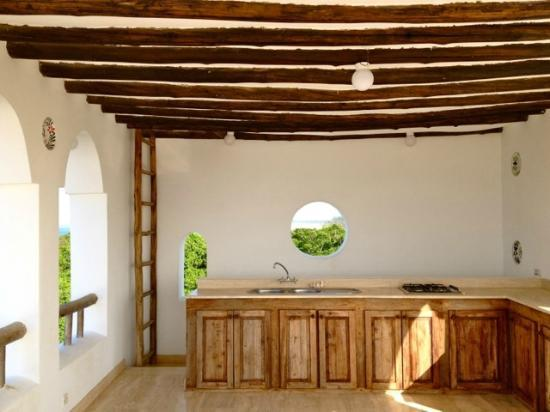 Ras Bamba Eco Lodge: Kitchen area in the white house