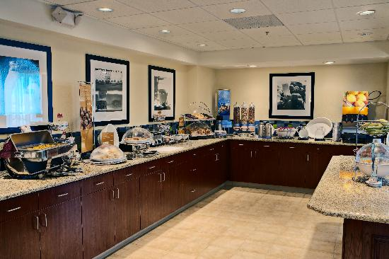 Hampton Inn &amp; Suites Lancaster: Breakfast Area